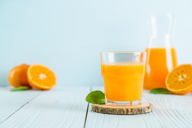 Suco de laranja na superfície de madeira