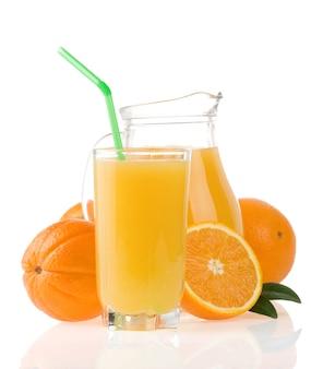 Suco de laranja no copo e jarro isolado no branco