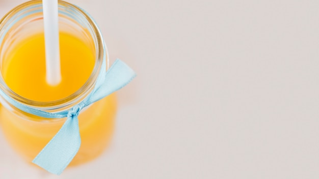 Suco de laranja orgânico de close-up com espaço de cópia