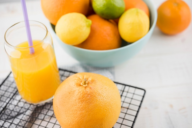 Suco de laranja orgânico de close-up em cima da mesa
