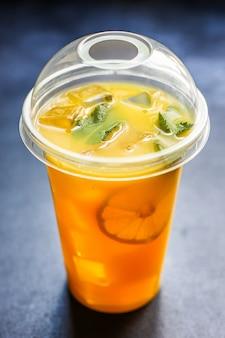Suco de laranja ou limonada com hortelã