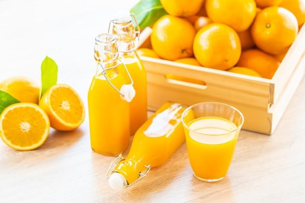 Suco de laranja para beber em copo de garrafa