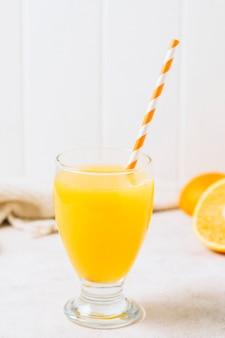 Suco de laranja refrescante com palha