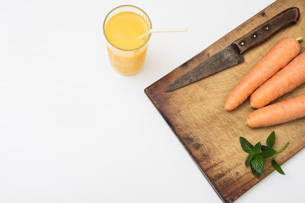 Suco de laranja refrescante e cenouras