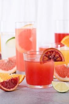 Suco de laranja siciliano fresco espremido na hora entre sucos cítricos desintoxicantes de laranja, toranja e limão
