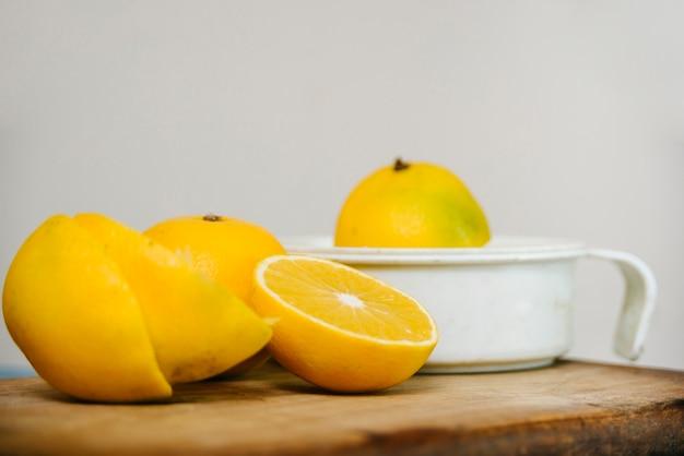 Suco de limão fatiado na tábua de madeira