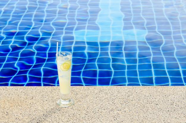 Suco de limão fresco delicioso perto da piscina em um resort tropical