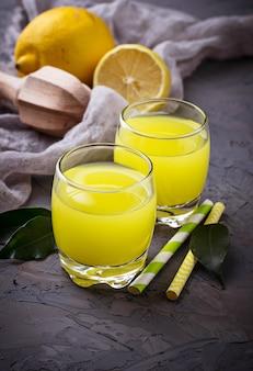 Suco de limão fresco em fundo de concreto
