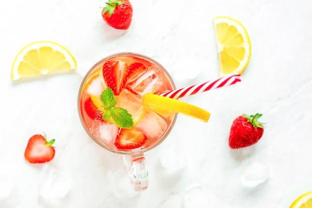 Suco de limonada morango refrescante colorido bebidas para o verão