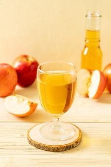 Suco de maçã com frutas de maçãs vermelhas