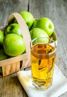 Suco de maçã com maçãs frescas