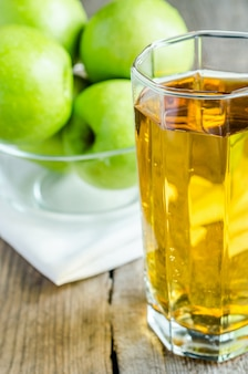 Suco de maçã com maçãs verdes frescas