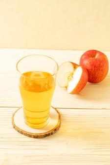 Suco de maçã com maçãs vermelhas