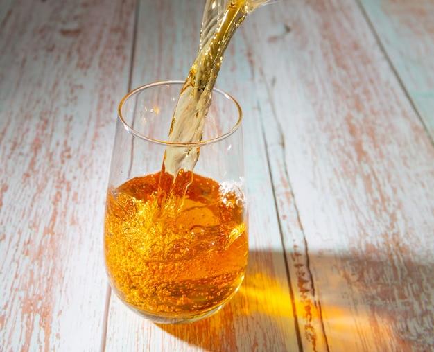Suco de maçã é derramado em um copo