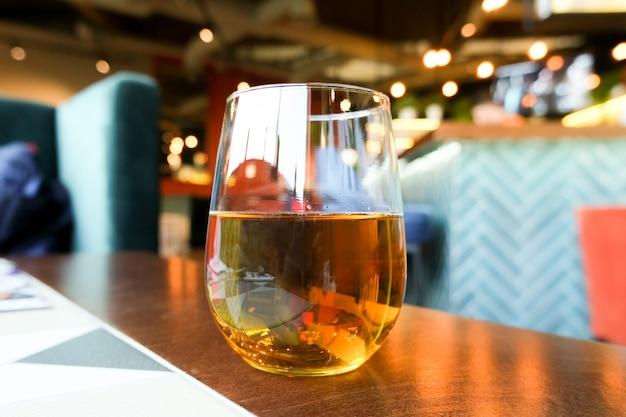 Suco de maçã em um copo de vidro. restaurante.