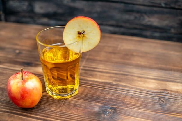 Suco de maçã fresco de vista frontal com maçãs frescas em foto de cor escura beber coquetel de frutas