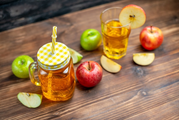 Suco de maçã fresco de vista frontal com maçãs frescas na foto escura bebida coquetel de frutas
