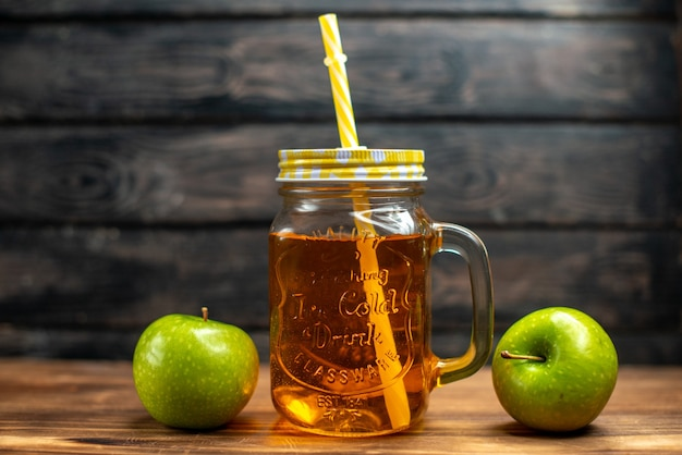 Suco de maçã fresco de vista frontal dentro da lata com canudo em cores escuras de bebidas de frutas