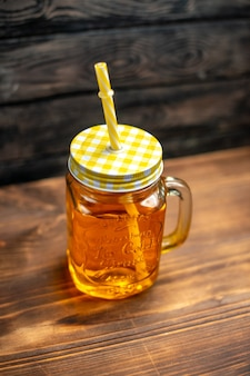 Suco de maçã fresco de vista frontal dentro da lata com canudo no coquetel escuro.
