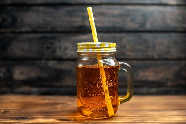 Suco de maçã fresco de vista frontal dentro da lata em um coquetel escuro.