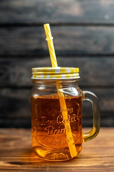 Suco de maçã fresco dentro da lata com canudo na cor escura da foto do suco de maçã