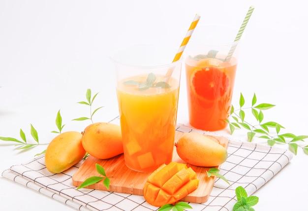 Suco de manga. bebida de suco de fruta fresca de verão