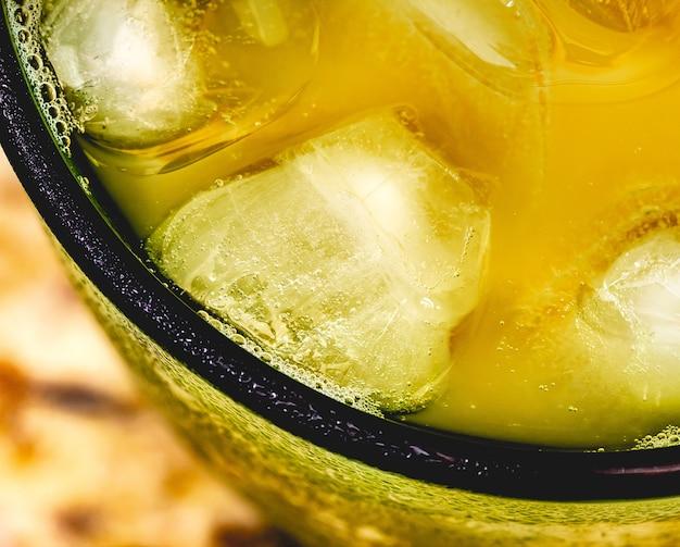 Suco de maracujá com cubos de gelo com vista de cima