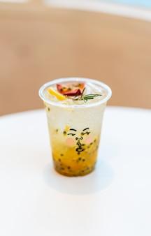 Suco de maracujá com refrigerante