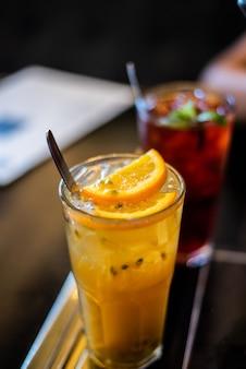 Suco de maracujá verão na mesa