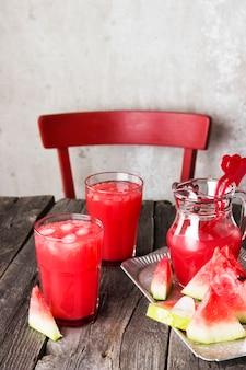 Suco de melancia em copos
