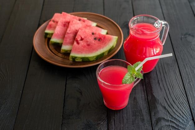 Suco de melancia em uma mesa de madeira. pode ser usado como pano de fundo