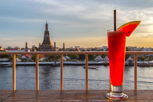 Suco de melancia na mesa no bar do terraço