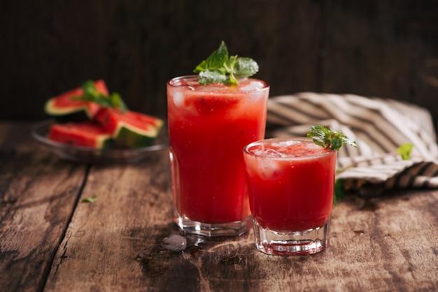 Suco de melancia refrescante de verão em copos com fatias de melancia