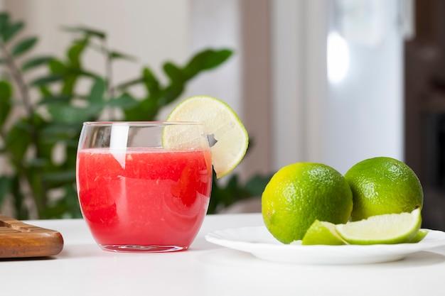 Suco de melancia vermelha em um copo