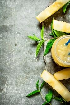 Suco de melão com hortelã e a polpa