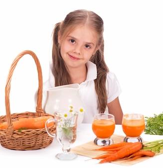 Suco de menina e cenoura isolado no fundo branco