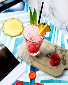 Suco de morango com gelo e abacaxi