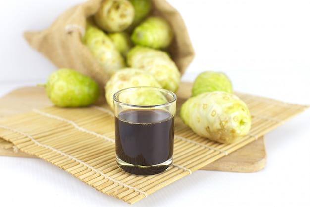 Suco de noni ou suco de noni extraído na esteira de bambu ou suco de morinda .jpg