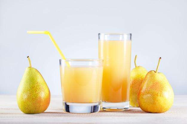 Suco de pêra com frutas frescas na mesa de madeira. comida saudável e bebida.