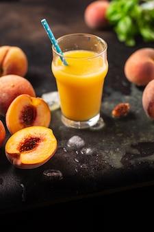 Suco de pêssego frutas pêssegos bebem bebida porção fresca pronta para comer refeição lanche na mesa
