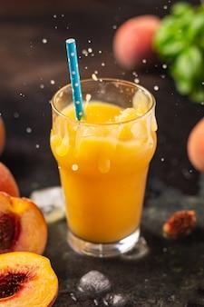 Suco de pêssego smoothies frutas pêssegos beber bebida fresca refeição lanche na mesa cópia espaço comida