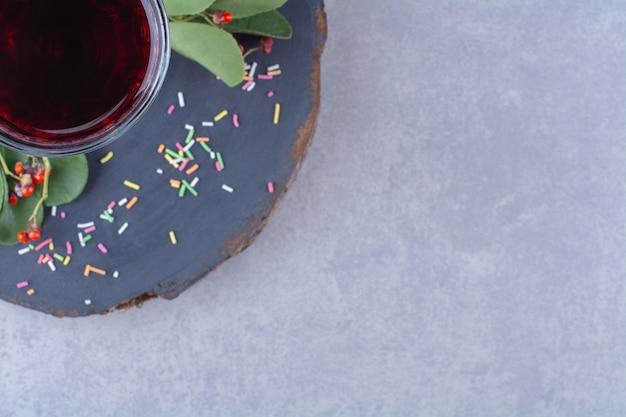 Suco de romã em uma placa, na mesa de mármore.