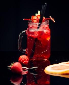 Suco de stawberry em frasco de vidro