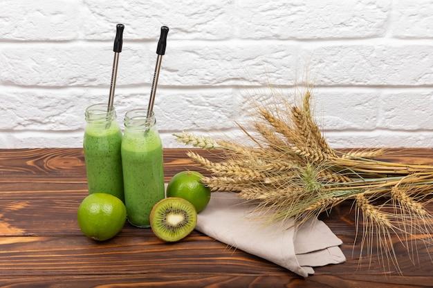 Suco de suco na mesa de madeira com suco de espinafre de cereais