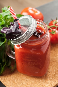 Suco de tomate e tomate fresco