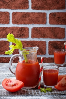 Suco de tomate fresco. foco seletivo