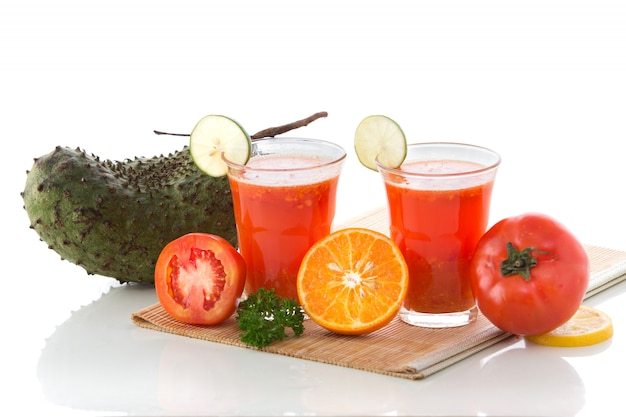 Suco de tomate, graviola e laranja