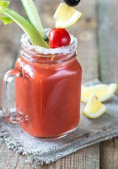 Suco de tomate no frasco de vidro