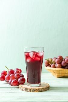 Suco de uva fresco com cubos de gelo