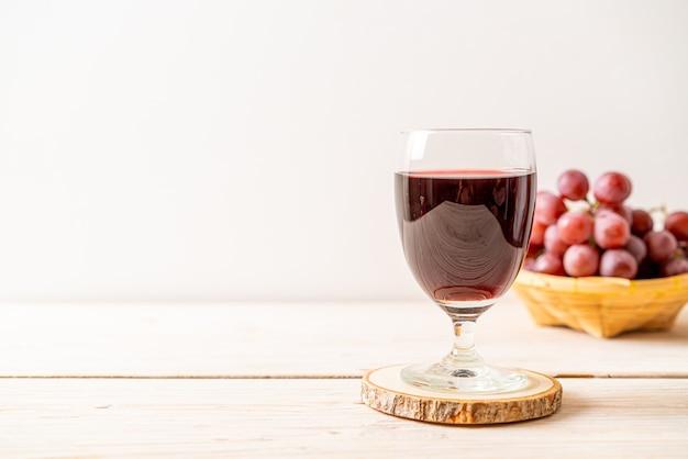 Suco de uva fresco em fatia de madeira
